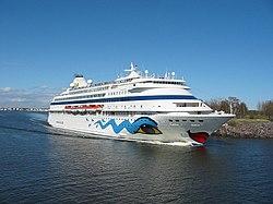 Die AIDAcara verlässt den Hafen von Helsinki