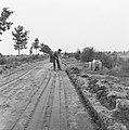 Aanleg en verbeteren van wegen, dijken en spaarbekken, landbouwwegen, zandbed ve, Bestanddeelnr 161-0778.jpg