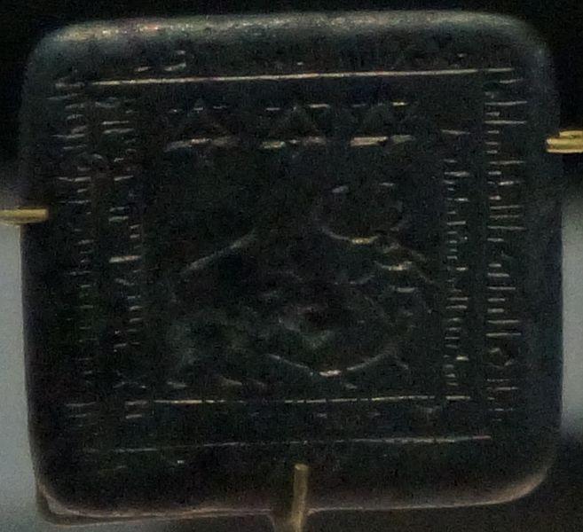 file amulette lion et scorpion plomb wikimedia commons. Black Bedroom Furniture Sets. Home Design Ideas