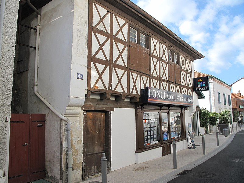 Ancient house (said to be a medieval one...), 48 rue Charles-de-Gaulle in Capbreton (Landes, France).