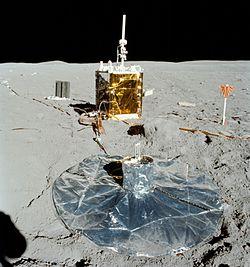 Au premier plan, le sismomètre passif installé sur la Lune lors de la mission Apollo 16