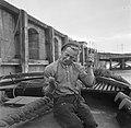 Bemanningslid van een baggerschip in de haven van Rosslare bezig met sokken stop, Bestanddeelnr 191-0923.jpg