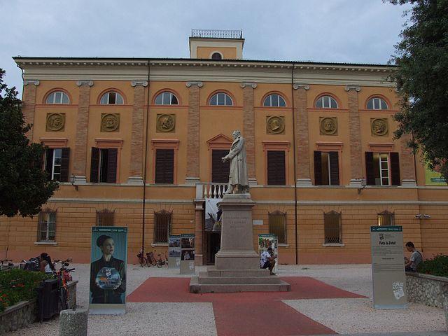 https://upload.wikimedia.org/wikipedia/commons/thumb/e/e3/Biblioteca_Malatestiana_-_Cesena_2.jpg/640px-Biblioteca_Malatestiana_-_Cesena_2.jpg