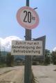 Bild 21 - Verbot der Überschreitung bestimmter Fahrgeschwindigkeiten (StVO 1956) mit Zusatzschild (StVO 1953).png