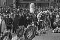 Bloemen worden gelegd bij het Monument op de Dam, defile van mensen langs bloeme, Bestanddeelnr 925-5803.jpg