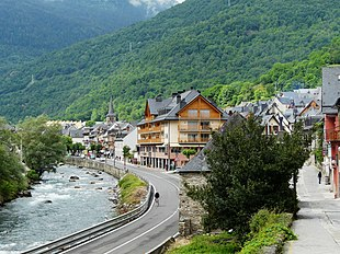 The village of Bossòst, next to the Garona river.
