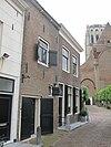 foto van Hoekpand Catharijnekerkhof, waarin thans het Oudarchief van Brielle gevestigd is. Parterre en verdieping. Blauwe stoep. Ouder achterhuis