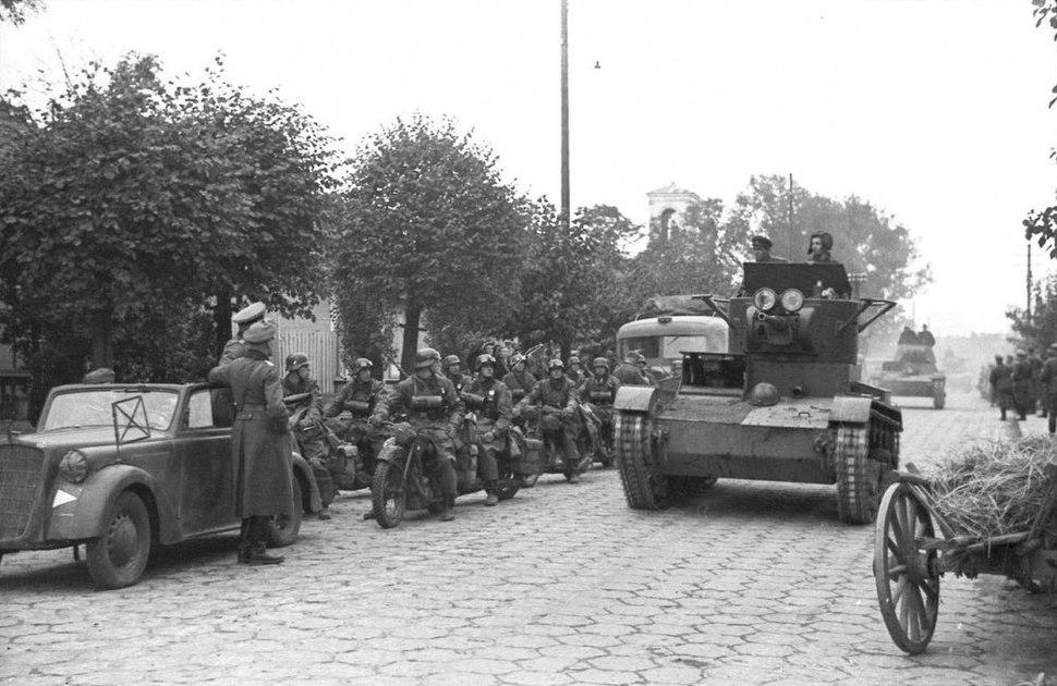 Bundesarchiv Bild 101I-121-0012-30, Polen, deutsch-sowjetische Siegesparade, Panzer