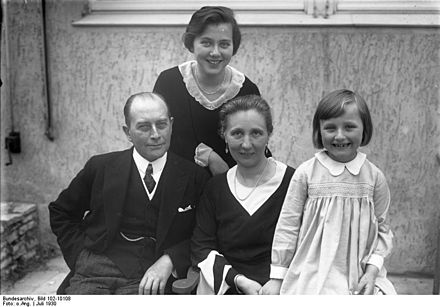 Julius Curtius with his wife and two daughters, 1930 Bundesarchiv Bild 102-10108, Reichsaussenministers Curtius mit Familie.jpg
