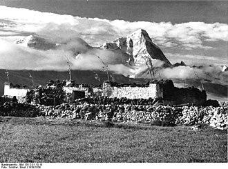 Jomolhari - Image: Bundesarchiv Bild 135 S 01 10 18, Tibetexpedition, Landschaftsaufnahme, Gebäude