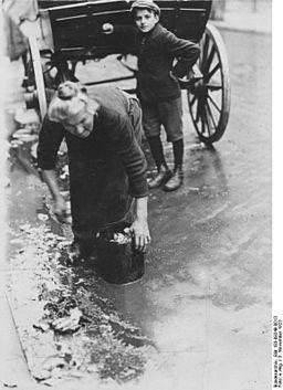 Bundesarchiv Bild 183-09249-0013, Berlin, alte Frau sammelt Abfälle