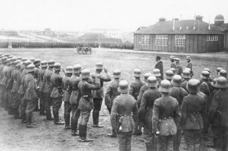 Bundesarchiv Bild 183-R27092, Berlin, Gustav Noske beim Freikorps Hülsen