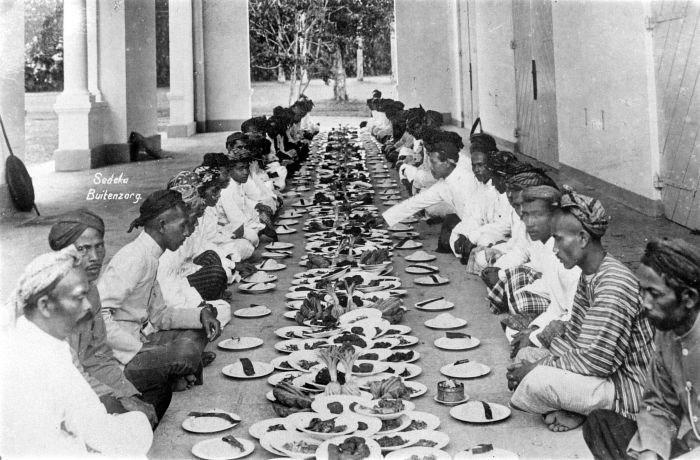 COLLECTIE TROPENMUSEUM De religieuze maaltijd 'sedekah of selamatan' te Buitenzorg Java TMnr 10003364