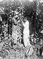 COLLECTIE TROPENMUSEUM Twee vrouwen bezig met het kunstmatig bevuchten van vanille. TMnr 60002512.jpg