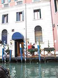 Canal-side restaurant in Venezia 2.jpg