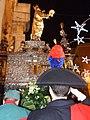 Carabiniere porge il saluto militare al Simulacro (Festa di Santa Lucia) - The military greet the entry of the statue of St. Lucia - panoramio.jpg