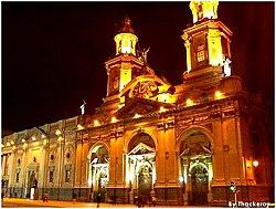 La Catedral Metropolitana de Santiago, en la Plaza de Armas, es uno de los edificios más representativos de la arquitectura del período colonial.
