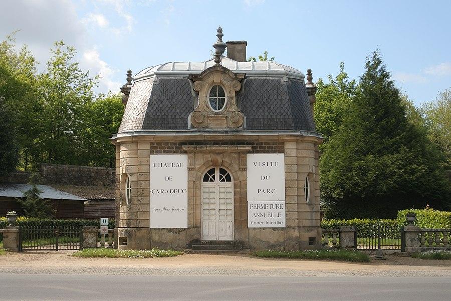 Vue de face du pavillon de l'entrée du château de Caradeuc.
