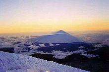 L'ombra proiettata dal vulcano vista dalla cima.