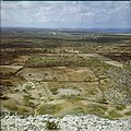 Collectie Nationaal Museum van Wereldculturen TM-20029754 Uitzicht over landschap met erfafscheidingen, met op de achtergrond Kralendijk Bonaire Boy Lawson (Fotograaf).jpg