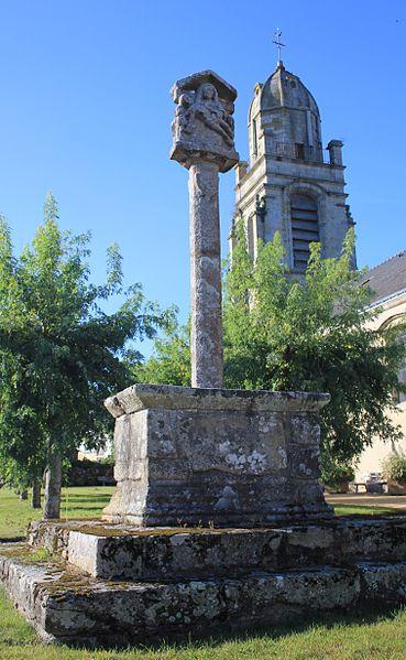 Croix de cimetière de Brech, vue générale avec l'église de Brech en fond