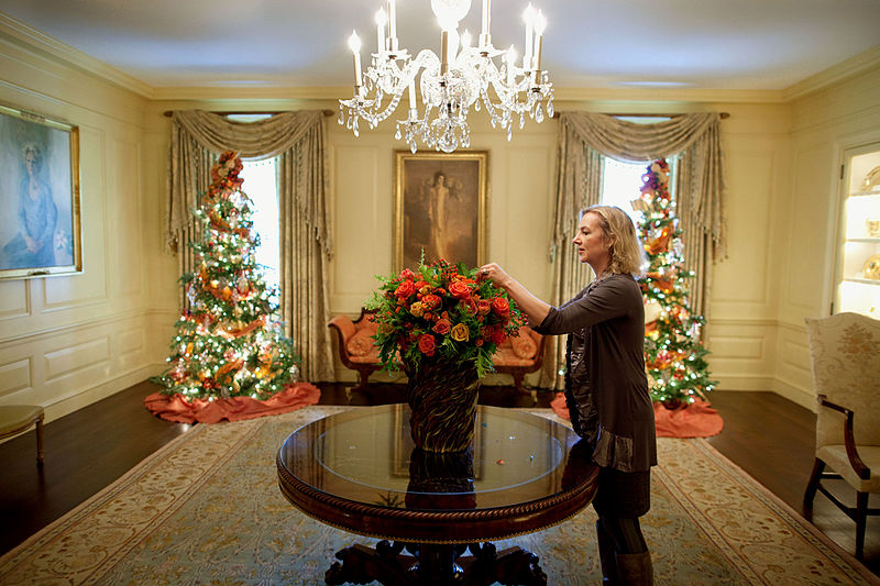 File:Designer Laura Dowling arranges a bouquet in the Vermeil Room of the White House.jpg