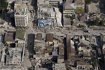 Over 220.000 mennesker dør i et jordskjelv i Haiti.
