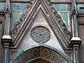 Duomo di firenze, medaglioni intarsiati in marmi nei timpani delle finestre sui fianchi 10.JPG