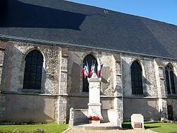 Eglise et monument aux morts de Saint-Piat, Eure-et-Loir (France).JPG