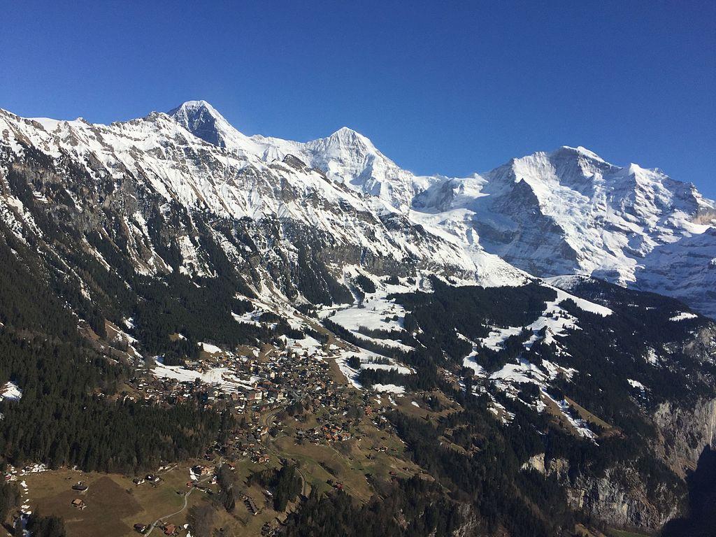 Eiger Mönch Jungfrau und das Dorf Wengen.jpg