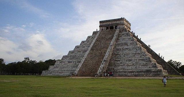 Construcciones de la ruina maya chichen itza turistas en for Las construcciones de los mayas