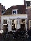 foto van Huis met gepleisterd lijstgeveltje