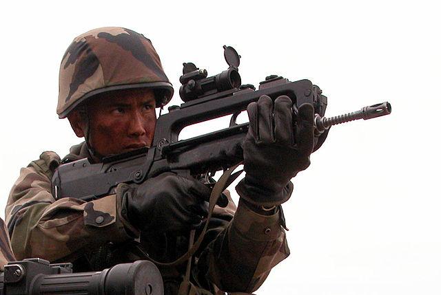 640px-FAMAS_Infanterie_2REI.jpg