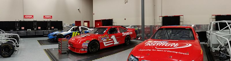 File:Fahrzeuge im NASCAR Technical Institute.jpg