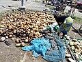 Fille triant des peaux de coco séché à Porto Novo-Bénin.jpg