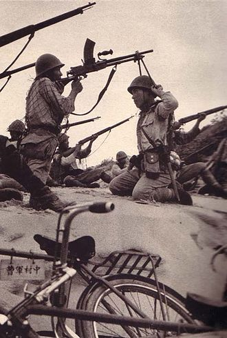 Type 99 light machine gun - Japanese soldier using his comrade as an anti-aircraft bipod for his Type 99