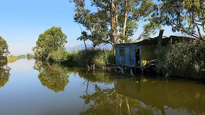 Fischerhaus auf Lago Puccini, Italien.jpg