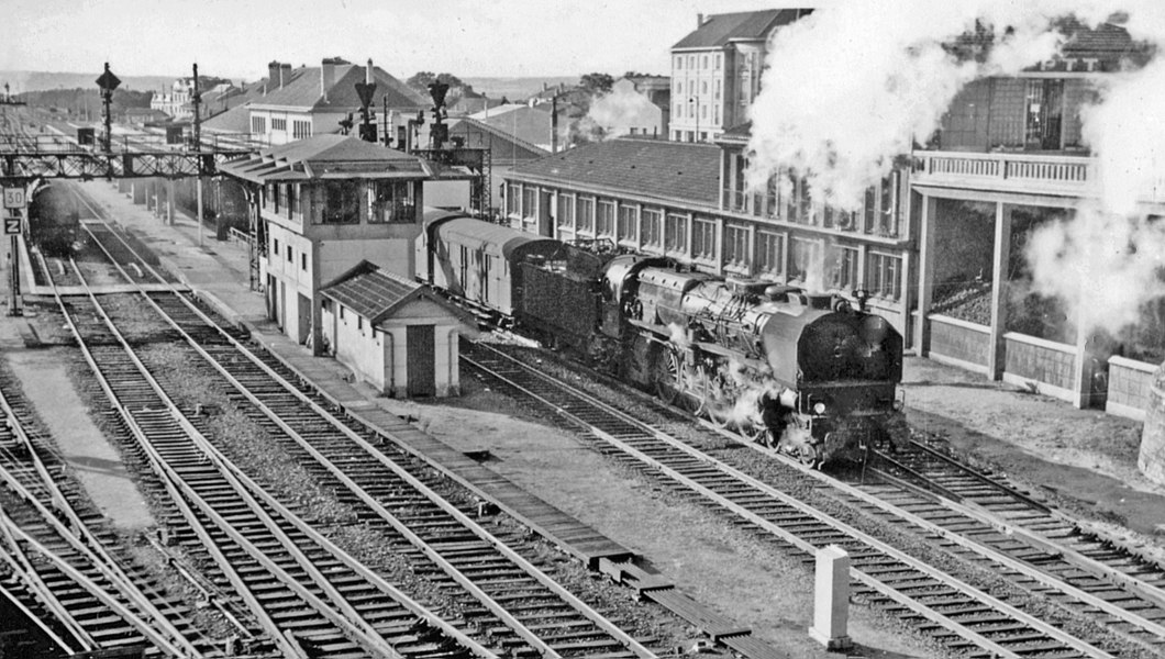 Chaumont (Haute-Marne) station, SNCF Est 1958, with a massive 4-8-2 leaving on an eastbound express.