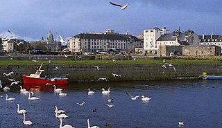 E And Y Galway ... río Corrib entre la catedral y los arcos españoles (Spanish Arch