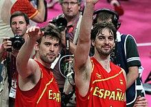 Deux basketteurs espagnols côte à côte.