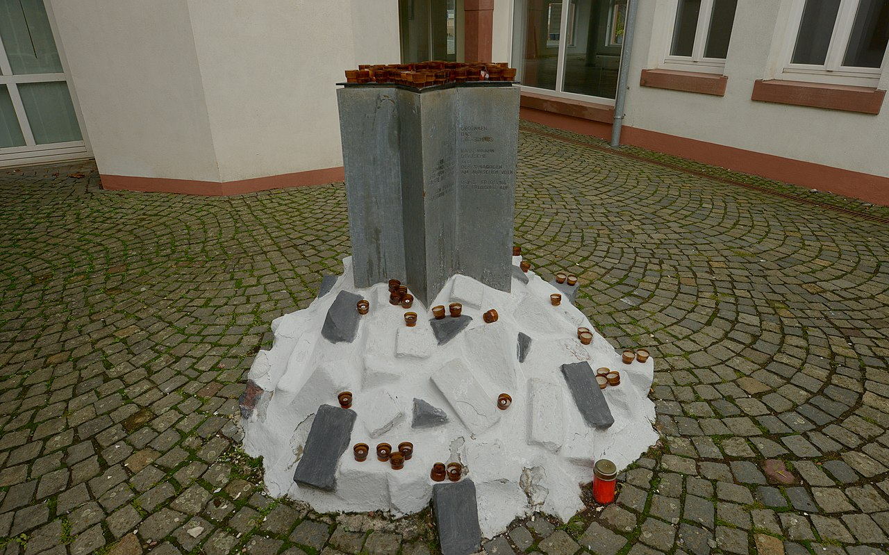 Gedenkstein Novemberpogrome 1938 (Ottweiler) 2018-11-11 (01).jpg