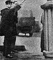 Georges Guillez en 1934, de profession gardien de la paix (ici rue Lafayette à Paris).jpg