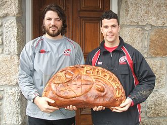 Cornish cuisine - Cornish Pirates rugby players with a giant pasty that was paraded as part of the 2009 Saint Piran's Festival at Camborne.