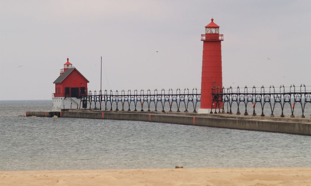 File:Grand Haven MI South Pierhead Light and inner lighthouse.jpg ...