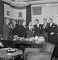 Groep mannen poserend met glazen drank achter bureau, 2e van links Jan van Abbe , Bestanddeelnr 255-8455.jpg