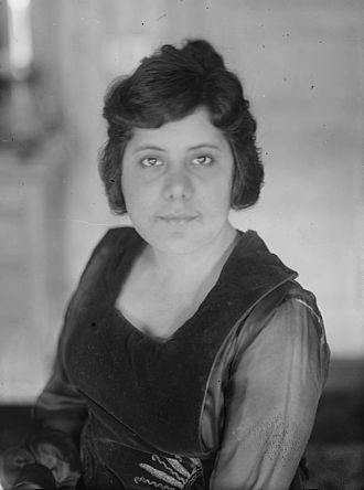 Guiomar Novaes - Image: Guiomar Novaes in 1919 (cropped)