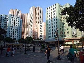 港鐵公司近有意將黃竹坑站上蓋的絕大部份單位,改為平均面積逾千平方呎的大型單位,可是同是港鐵車廠上蓋項目,佔地相若的九龍灣站德福花園,單位面積平均只是約六百餘平方呎。 (圖片:Chong Fat@Wikimedia)
