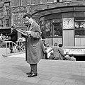 HUA-150058-Afbeelding van een lezende man bij de tunnelingang naar het NS station Amsterdam CS op het Stationsplein te Amsterdam.jpg