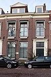foto van Pand met rechte kroonlijst, vooruitspringend middenrisaliet, twee ingangen met gebeeldhouwde omlijstingen