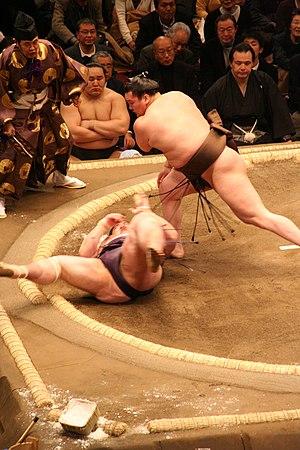 Makuuchi - A makuuchi match with the 69th yokozuna Hakuhō beating Dejima as the 68th yokozuna Asashōryū watches in the background